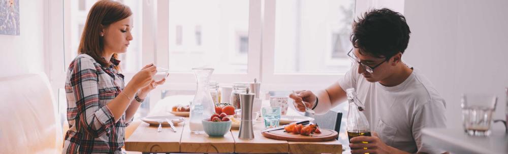 foto - vrienden ontbijten samen