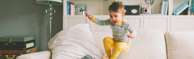 foto - kind speelt en springt