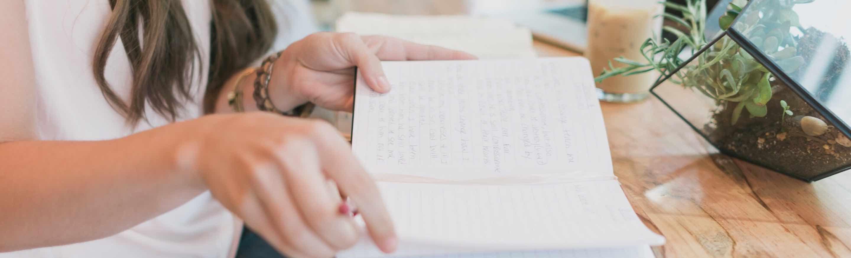 foto - vrouw schrijft notities